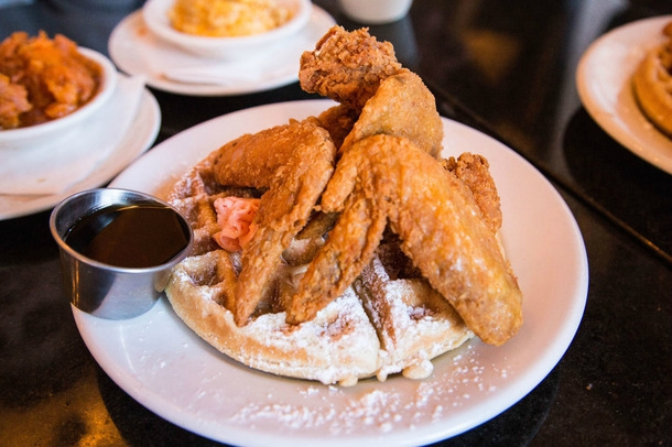 harlem-new-york-soul-food-chicken-and-wafle