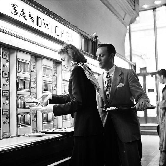 le premier distributeur automatique de sasndiwh en 1948 à gd central.jpg