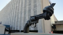 street art new york the-knotted-gun nations unies