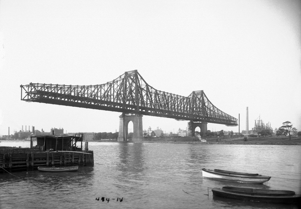 Blackwell's_Island_Bridge_from_Ravenswood_shore